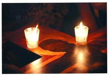 Kerzen auf Kreuz